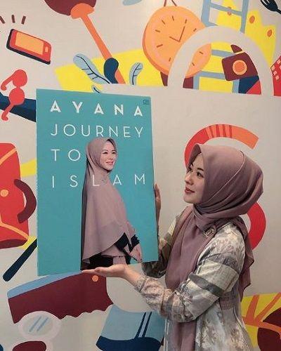 Ayana_Moon_Buku